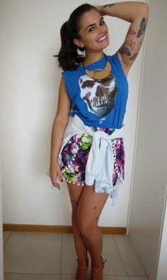 Mundo K: Regata de caveira e shorts floral.
