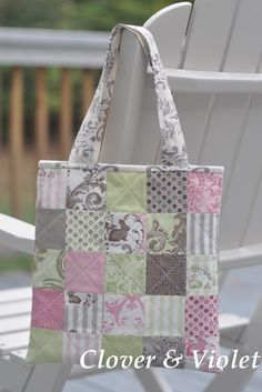 Moda Mini Charm Pack Idea (make w longer straps! Charm Pack Quilts, Charm Quilt, Quilted Tote Bags, Patchwork Bags, Charm Square Quilt, Library Bag, Tote Pattern, Fabric Bags, Fabric Basket
