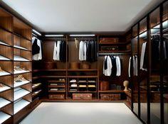 Коричневая мебель в гардеробной
