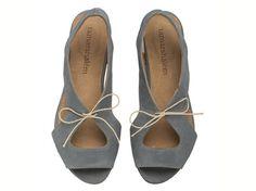 """סנדלי לולה כחול ג'ינס  לבירור מידות הנמצאות במלאי, נא לשלוח הודעה טרם הרכישה.     דגם מושלם למי שאוהבת להיראות במיטבה מבלי לוותר על נוחות.  דגם זה קיים גם בשחור, כחול, צהוב חלבון  גובה העקבים: 1.5 ס""""מ.  חומרים:  גפה: עור  בטנה: עור  סוליה: ניאולייט  אנא צייני מידה בעת ההזמנה בריבוע """"הערות למוכר""""  להצטרפות למועדון לקוחות: http://www.tamarshalem.com/#!/c1adp"""