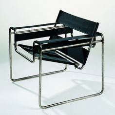 Fauteuil Wassily, designed by Marcel Breuer in one of the creator of Bauhaus of Dessau. Architecture Bauhaus, Bauhaus Interior, Architecture Design, Marcel Breuer, Design Bauhaus, Vitra Design Museum, Chair Design, Furniture Design, Vitra Furniture