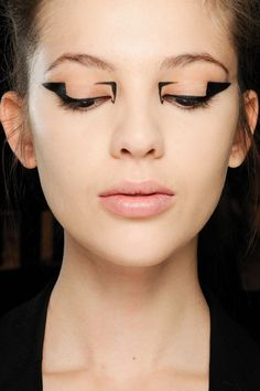 Graphic eyes. Geometric black eyeliner runway makeup by Val Garland. Mary Katranzou, Fall / Winter 2014-15. Photo: MAC Cosmetics http://www.vogue.co.uk/beauty/2012/08/21/graphic-eyes---autumn-winter-2012-13-eye-liner-trend/gallery/826562