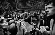 """Josef Koudelka. 21 de agosto de 1968, tropas del Pacto de Varsovia, lideradas por el ejército soviético, invadieron la ciudad de Praga. """"Aquel loco se subía encima de los tanques en medio del caos y era jaleado por la multitud cada vez que le intentaban confiscar su material, ayudándole la multitud a escabullirse de los soldados. Berry afirmó que aquel hombre era o el más idiota o el más valiente que había visto nunca. Aquel loco era Josef Koudelka."""" -Extraído de…"""