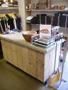 Voor kledingwinkel Lódz in Hilversum heeft Timmerbedrijf Schinkel het interieur mogen verzorgen. De verschillende meubels zijn van steigerhout gemaakt. De toonbank heeft een betonnen blad.