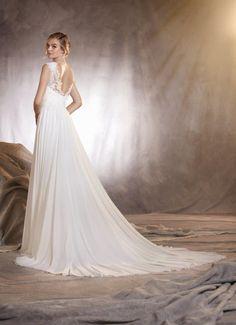 """O corte em evasê é o queridinho de quem faz o estilo """"noiva delicada"""". O tecido mais soltinho e fluido dá uma leveza ao look e combina demais com casamentos ao ar livre!"""