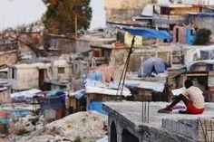 """""""[La Petite Question du Lundi] Quels ont été vos lieux de lecture les plus improbables ?  (photo de Shannon Stapleton à Port-au-Prince, Haïti)"""" 29/04/2013"""