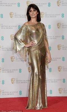 Looks do BAFTA 2017 - Penélope Cruz de vestido dourado Versace | http://modaefeminices.com.br/2017/02/12/looks-do-bafta-2017/