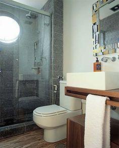A ousada combinação de pedra miracema e réguas de amêndola é a marca deste banheiro. Mais leve que um módulo fixo, este tem rodízios. O mosaico colorido emoldura o espelho e alegra o espaço. Projeto de Tininha Loureiro e Fabiana Avanzi.