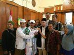 Alhamdulillah Ustadz Alfian Tanjung dinyatakan bebas oleh Hakim PN Surabaya  SURABAYA (Arrahmah.com)  Ustadz Alfian Tanjung dosen Universitas Muhammadiyah Prof. Dr Hamka (UHAMKA) yang didakwa kasus hate speech atau ujaran kebencian karena menuding sejumlah pihak terkait PKI hari ini Rabu (6/9/2017)dinyatakan bebas.  Keputusan ini disampaikan majelis hakim Pengadilan Negeri Surabaya dalam putusan sela.  Jadi memang hari ini ada putusan sela untuk terdakwa Alfian Tanjung. Majelis hakim…