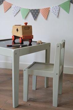 Handige vintage knutseltafel met 2 stoeltjes | Liefs van Liesje