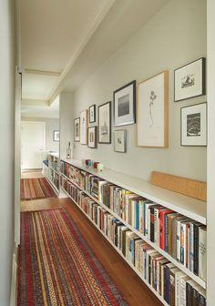 Könyvespolcok egy hosszú folyosón