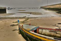 Aquilo que resta de uma pequena praia de pescadores, no Caramujo, Almada.