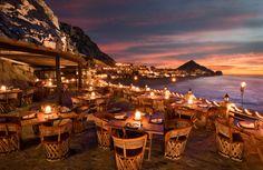 I 15 ristoranti con vista mare più belli al mondo El Farallòn, Cabo San Lucas - Una bellezza tutta messicana per questo ristorante di Cabo San Lucas, sulla scogliera della Capella Pedregal, che guarda verso l'Oceano Pacifico. Incredibile, no?