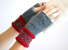 Elegant  fingerless gloves in grey and red, woman fingerless gloves, Fingerless glove mittens,  Wrist warmers, Color block mittens