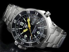 Seiko Men's Automatic Diver's SKZ211J1 Best Watches For Men, Cool Watches, Dream Watches, Scuba Watch, Seiko 5 Sports Automatic, Designer Wallets, Designer Handbags, Seiko Men, Watches