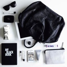 Black and white flat lays. What In My Bag, What's In Your Bag, Inside My Bag, Flat Lay Inspiration, What's In My Purse, Flat Lay Photos, Foto Fashion, Flat Lay Photography, Black Books