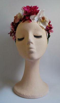 DIADEMA FRIDA 1 - diadema tipo Frida Kahlo confeccionada a mano en flores de color rosa y blanco