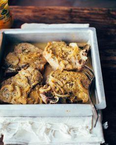Des tendres côtelettes de porc cuites au four dans une sauce au miel et à la moutarde. Un repas ultra rapide et délicieux!