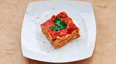 """Aceasta reteta de lasagna vegetariana cu ciuperci are o textura """"carnoasa"""" si un gust puternic si aromat de busuioc. Se face si foarte usor!"""