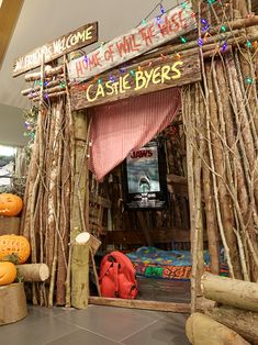 Things party Found this cool replica of castle Byers from Stranger Things WOW! Found this cool replica of castle Byers from Stranger Things WOW! Stranger Things Theme, Stranger Things Aesthetic, Stranger Things Funny, Stranger Things Netflix, Stranger Things Season, Stranger Things Christmas, Stranger Things Pumpkin, Theme Harry Potter, Trunk Or Treat