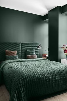 As green is one of the latest colour trends for the home, we think it looks gorgeous in this stylish bedroom design. The dusky pink on a few cushions creates a beautiful contrast! Bedroom Green, Bedroom Sets, Home Decor Bedroom, Bedroom Wall, Bedroom Lamps, Design Bedroom, Master Bedroom, Bedroom Furniture, Bedroom Shelves