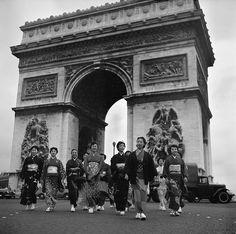Un jour en #France - Novembre #1954. Un groupe d'actrices japonaises du film  Madame #Butterflyen kimonos jouent aux touristes en traversant le rond-point de la place de l'#Étoile. Photo : Philippe le Tellier/ Paris Match - Plus d'#archives sur @parismatch_vintage by parismatch_magazine