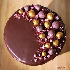 18th Birthday Chocolate cake with raspberries and chocolate ganache - 18 års fødselsdags chokoladekage med hindbærfyld og løbende ganache