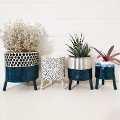 Most current Images Ceramics pots pattern Thoughts Вариант для контента Painted Plant Pots, Ceramic Plant Pots, Deco Restaurant, Home And Living, Living Room, Photo Deco, Deco Retro, Interior Decorating, Interior Design
