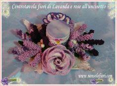 Secondo modello di centrotavola con fiori di Lavanda e rose all'uncinetto. Questa volta ho utilizzato come base un piatto di forma quadrata in ceramica.Candela lilla/viola sfumata. Bacche bianche. Foglie agli angoli bianche di stoffa con sfumature argentate. Misura cm 25 x 25. #lavanda #uncinetto #flowers #crochet #centrotavola #rose #candela www.nonsolofiori.com
