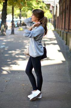 Bequemer Urban Style: Skinny Jeans, Sweatshirt und weiße Sneakers - superangesagt.