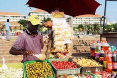 """Vendedor de snakcs en Galle Face Green. Conoce más en nuestro #artículo: """"Una Tarde Local en Colombo: Galle Face Green"""". #SriLanka #Colombo #Blog #TravelBlog #BlogDeViajes #SLinMyEyes"""