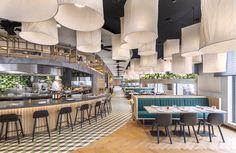 Voor het concept en interieur van Nederlands-Indonesisch Grand Café Mama Makan vond architectenbureau concrete inspiratie in de reizen naar 'de oost'.