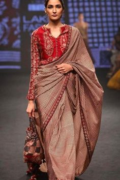 Soft silk sarees - buy the latest collection of soft silk sarees. Mysore soft silk sarees and Kanjivaram soft silk sarees. Saree Draping Styles, Saree Styles, Blouse Styles, Indian Dresses, Indian Outfits, Look Fashion, Indian Fashion, Fashion Beauty, Clothes