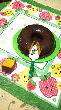 Delicioso bolo de cenoura com calda de chocolate