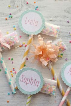 DIY paper straw flag cupcake toppers or party favors by Icing Designs - Sprinkle Packet Cupcake Toppers. Diy Party, Party Favors, Party Ideas, Party Girlande, Straw Crafts, Straw Projects, Diy Straw, Serpentina, Sprinkle Party