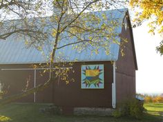 The Gray/Springer quilt barn At 1378 Gray Rd. was built in 1904. The pattern design was created by Emily Gray Kohler and depicts agriculture with the sun, water, and rolling fields, showing contour plowing the Gray family pioneered. Contour Plowing, Emily Gray, Country Barns, Old Barns, Quilt Design, Quilting Designs, Barn Art, Farm Barn, Block Prints