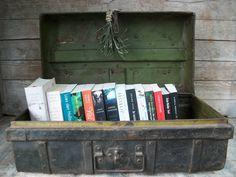 Leuke manier om boeken en tijdschriften in uit te stallen. Een oude ijzeren kist uit India.