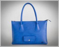 ¿Os gusta JULIA? Es el nombre de este maravilloso bolso azul de OeOe.  Más info: www.oeoehandbags.com