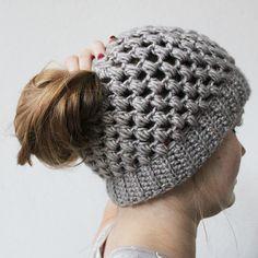 Bun hats are amazingly popular right now. Here you can find a free pattern of the puff stitch bun hat.