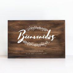Cartel de madera personalizado Ramitas. Este cartel de bienvenida a vuestra boda otorgará al espacio un toque rústico y orgánico gracias a su tipografía estilo manuscrito y a la ilustración de las delicadas ramitas. También podréis poner vuestros nombres y la fecha de vuestro día especial. Todos estos carteles de madera son diseñados, cortados y serigrafiados a mano y con mucho mimo en nuestro taller.