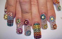 Diseños de uñas con piedras de cristal, diseño de uñas estilo sinaloa piedras diamantes.   #diseñatusuñas #nailsdesign #uñasdiscretas