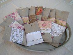 sachets de lavande Lavender Crafts, Lavender Bags, Lavender Sachets, Hessian Bags, Scented Sachets, Bazaar Crafts, Small Sewing Projects, Creation Couture, Vintage Pillows