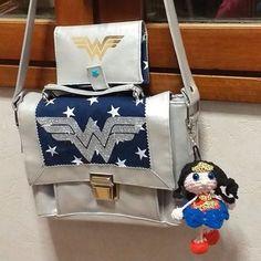 Sac Quadrille et portefeuille Compère Wonder Woman argenté cousu par Cécile - Patron Sacôtin