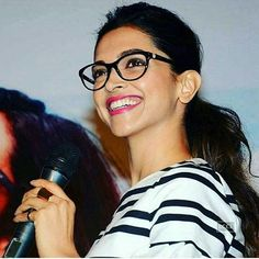 Who says spectacles don't look gud? U see this gorgeous lady above, she shows how gud they look. Deepika Padukone In Jeans, Deepika Padukone Latest, Girl Celebrities, Hollywood Celebrities, Celebrities With Glasses, Celebs, Diva Fashion, Fashion Beauty, Specs Frames Women