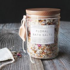 These handmade floral bath salts are a great DIY gift option this Christmas season! These handmade floral bath salts are a great DIY gift option this Christmas season! Free printable labels inc Diy Soap Labels, Diy Bath Salt Labels, Diy Candle Labels, Bath Bomb Packaging, Packaging Ideas, Soap Packaging, Design Packaging, Floral Bath, Bath Tea