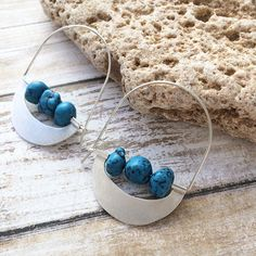 Tribu Collection If your passion is the earrings of ethnic inspiration but with a clean design you'll love this collection. Silver hoop earrings. Sterling silver plaque and wire . Turquoise, natural stones. Rough stones Natural brushed silver unpolished. Size: Length - 46 mm Width - 35 mm Co