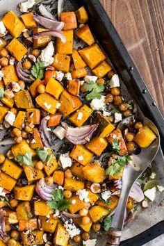 Pečená zimná zelenina je moja záchrana počas dlhých chladných jesenných večerov, ale aj ako chutná príloha k akémukoľvek sviatočnému, nedeľnému jedlu. Ja väčšinou kombinujem tekvicu, bataty, mrkvu a cviklu…Tentokrát som mala doma iba tekvicu, červenú cibuľku a cícer, tak som si povedala, že zaexperimentujem a dám dokopy trošku exotickejšiu kombináciu…Tekvicu môžete nakrájať na mesiačiky alebo...