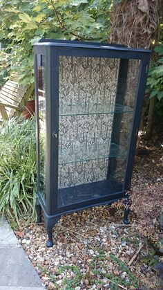 Glass display cabinet painted in Graphite back lining renewed with pretty paper Furniture Update, Furniture Projects, Diy Furniture, Antique Furniture, Painted Bedroom Furniture, Living Furniture, Antique Curio Cabinet, Painted Hutch, Muebles Shabby Chic