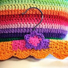 Link to Crochet hangers with scallops or no scallops. Lots of photos and explanations - free pattern!