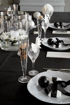 52 Cool And Sparkling New Year Table Settings : 52 Beautiful And Sparkling New Year Table Settings With White And Black Tableware And Glass . New Years Eve Table Setting, New Year Table, New Years Dinner Party, Dinner Party Table, Christmas Table Settings, Christmas Tablescapes, New Years Eve Decorations, New Year Images, Nouvel An
